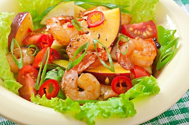Salada de camarão com pêssegos, tomate, abacate e alface