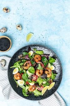 Salada de camarão com tomate cereja, pepino, abacate, ovos e verduras mistas. comida saudável. comer limpo. fundo de receita de comida. fechar-se.