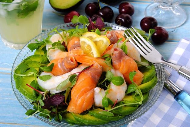 Salada de camarão e salmão defumado