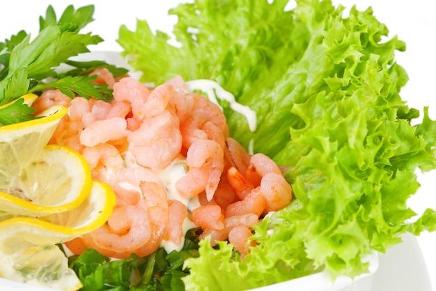 Salada de camarão em folhas de alface fresca