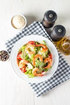 Salada de camarão fresco na mesa de madeira
