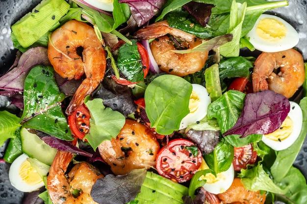 Salada de camarão, pepino, abacate, ovos e folhas mistas. comida saudável. comer limpo. fundo de receita de comida. fechar-se.