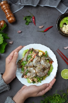Salada de camarão picante e ingredientes de comida tailandesa