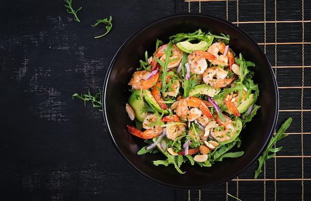 Salada de camarão. salada de camarão, rúcula, fatia de abacate, cebola roxa e amêndoa. conceito saudável. vista superior, sobrecarga