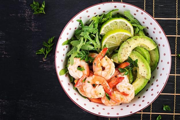 Salada de camarão. salada de camarão, rúcula, fatia de abacate, close-up. conceito saudável. vista superior, espaço de cópia, configuração plana