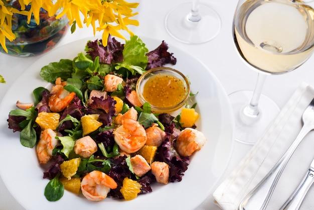 Salada de camarão saudável