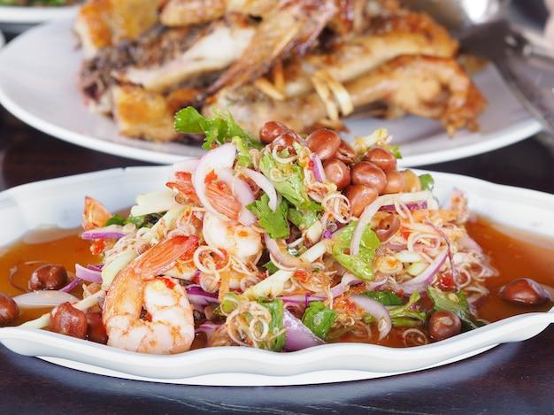 Salada de camarão tailandês especiaria com erva tropical