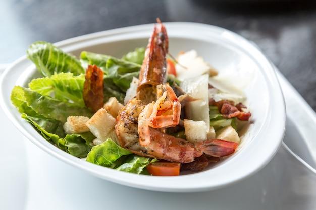 Salada de camarão tigre grelhado