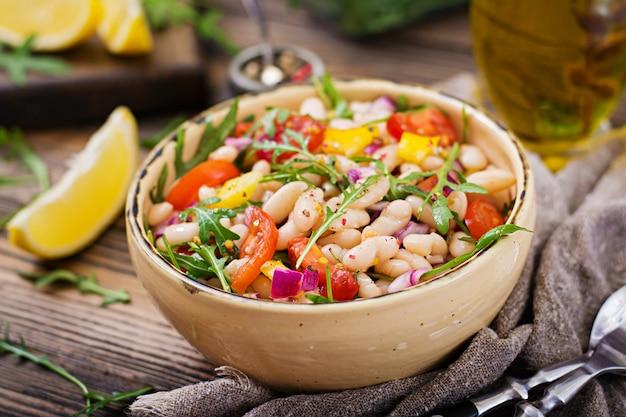 Salada de cannellini de feijão branco. salada vegana. menu de dieta