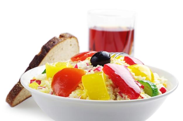 Salada de caranguejo com arroz e vegetais no branco