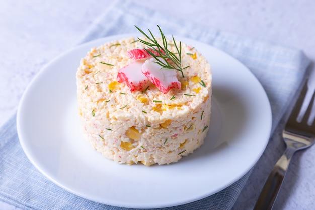Salada de caranguejo com milho e ovos