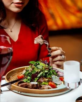 Salada de carne com cebola e ervas