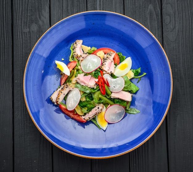 Salada de carne com legumes e gergelim. cozinha espanhola