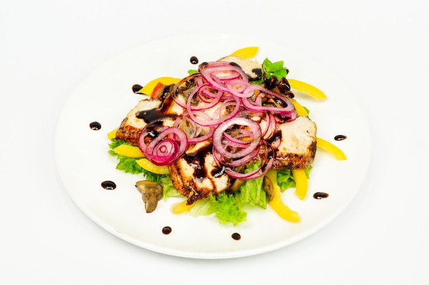 Salada de carne com legumes em molho sobre fundo branco