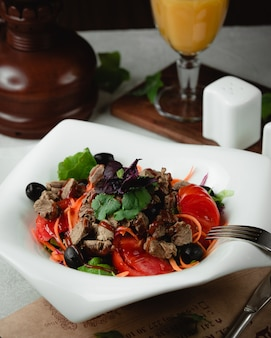 Salada de carne com tomate azeitonas e ervas