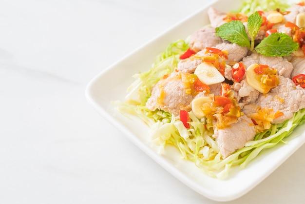 Salada de carne de porco picante ou carne de porco cozida com molho de alho e pimenta e limão
