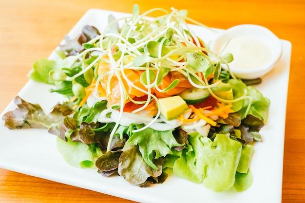 Salada de carne de salmão defumado