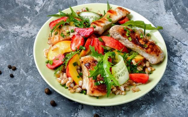 Salada de carne de verão com bagas