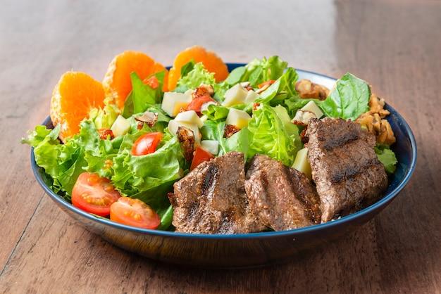 Salada de carne deliciosa com carne assada