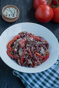 Salada de carne e feijão, pimentão. salada