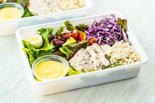 Salada de carne e peito de frango grelhado