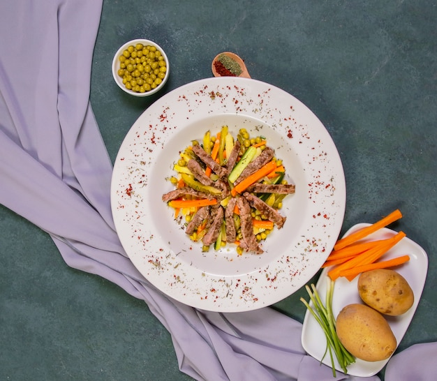 Salada de carne salteada com feijão verde, batata e cenoura.