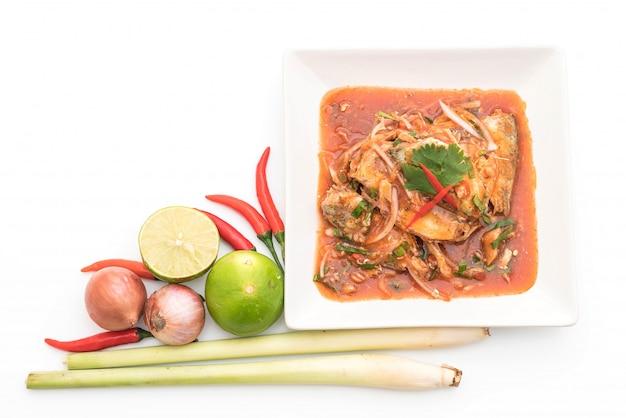 Salada de cavala picante em molho de tomate