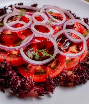 Salada de cebola vista frontal com folhas de repolho