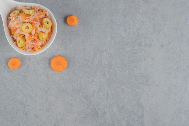 Salada de cenoura picada com azeitonas verdes marinadas