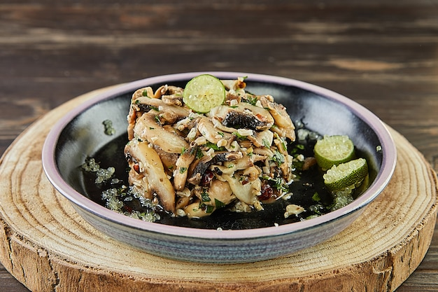 Salada de champignon fresca com limão e avelãs. cozinha gourmet francesa