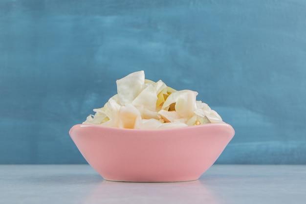 Salada de chucrute em uma tigela