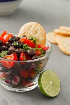 Salada de close-up com feijão preto e limão