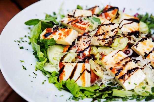Salada de close-up com queijo grelhado.