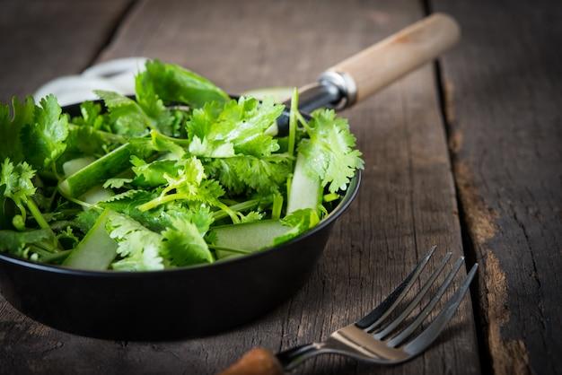 Salada de coentro fresca, coentro com salada de pepino. conceito de alimentos saudáveis.