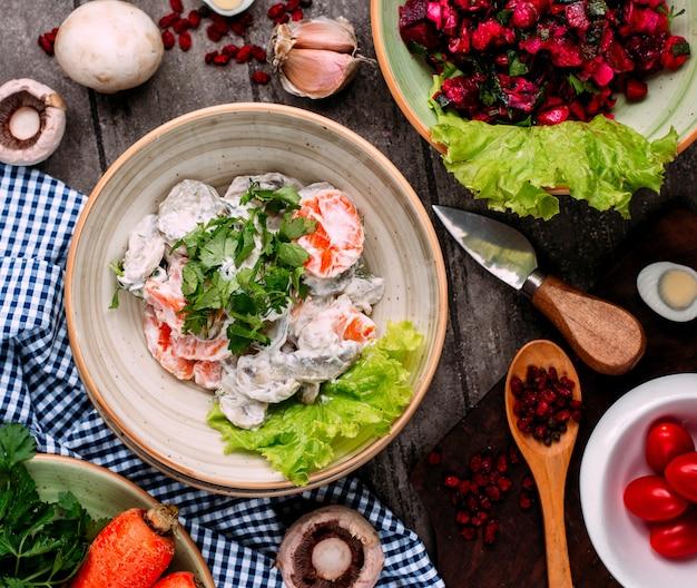 Salada de cogumelos com cenoura e maionese vista superior em cima da mesa