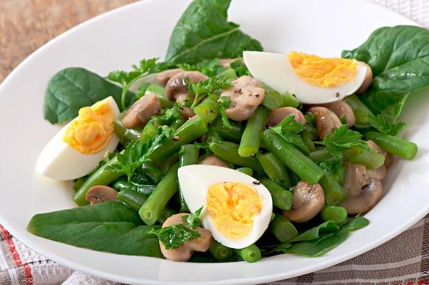 Salada de cogumelos com feijão verde e ovos