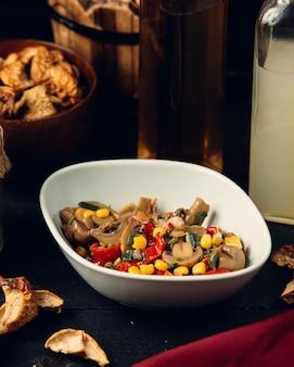 Salada de cogumelos com milho e pimentão