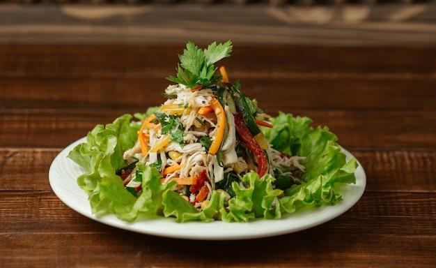 Salada de cogumelos picada e picada de frango com pimentão colorido e salsa fresca