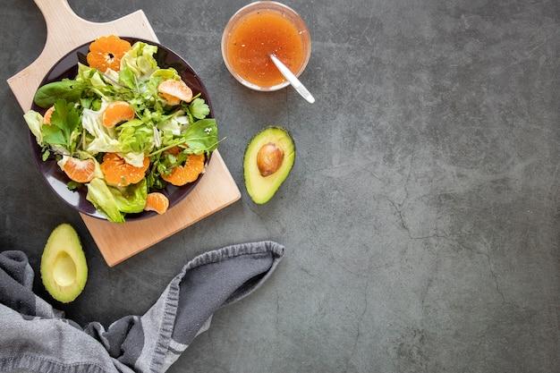 Salada de cópia-espaço com abacate ao lado