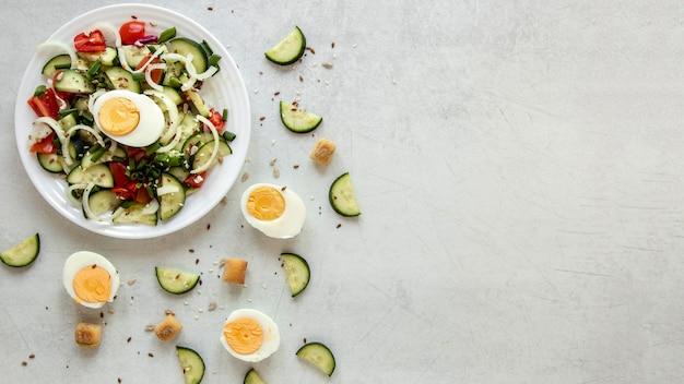 Salada de cópia-espaço com ovos cozidos