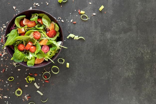 Salada de cópia-espaço com tomates