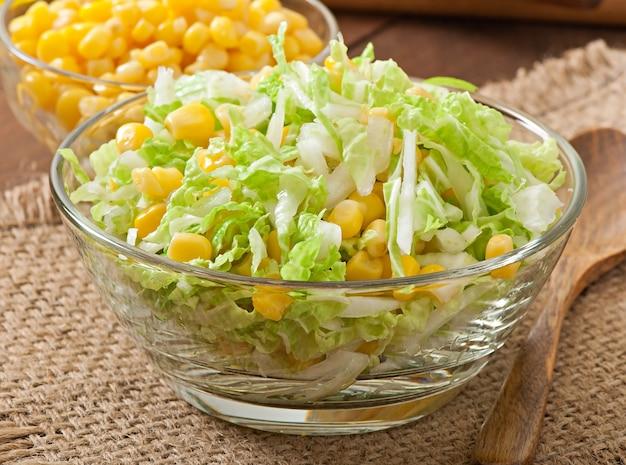 Salada de couve chinesa com milho doce em uma tigela de vidro
