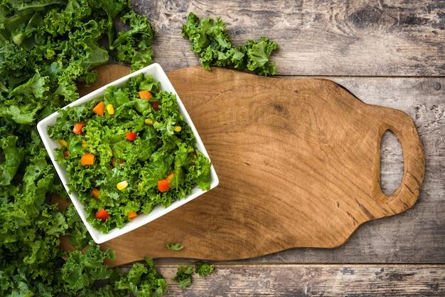Salada de couve e ingredientes na tábua vista superior copie o espaço