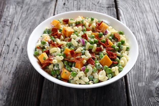 Salada de couve-flor com bacon, ervilha e queijo