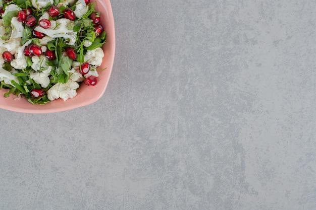 Salada de couve-flor com sementes de romã vermelha e ervas