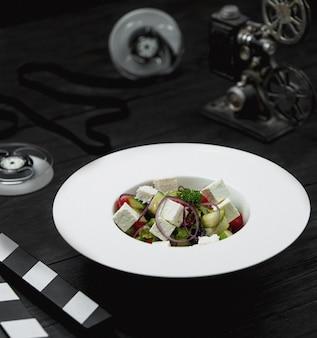 Salada de cubos de queijo branco com mistura de vegetais