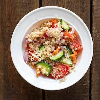 Salada de cuscuz tomate cebola pepino especiarias legumes aperitivo porção fresca keto ou dieta paleo