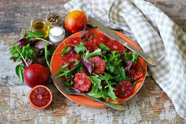Salada de desintoxicação super nutritiva com laranja vermelha e mistura de saladas.