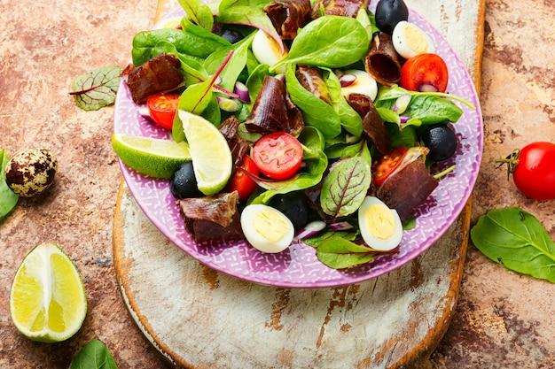 Salada de dieta de acelga, ovos de codorna, tomate e carne seca. salada com jamon e legumes.