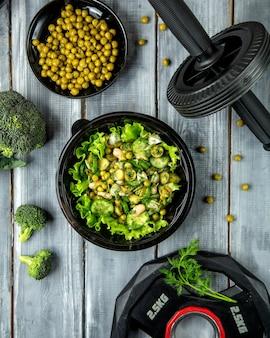 Salada de ervas com feijão verde